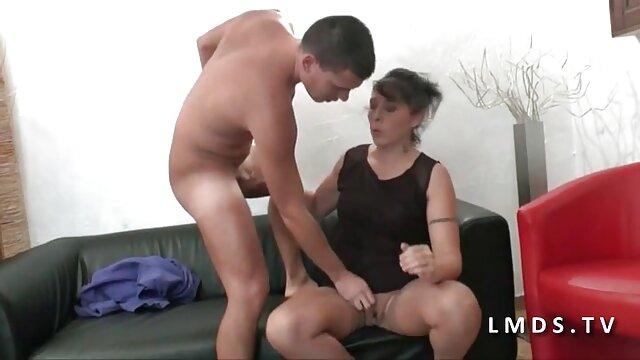 Moria Mills film porno con anziane deepthroats in 69 posa su una sedia a sdraio